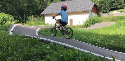 Pump track, le volet de l'amusement des familles à tous âges et tout moment